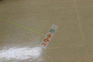 会場の床には幅跳びや三段跳びのオリンピック記録の距離をテープで貼りました。