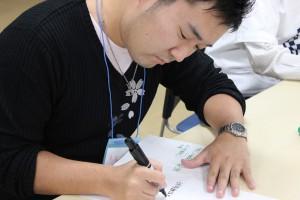 コメントが書かれた付箋紙が貼り付けられているアイデアを書いた紙